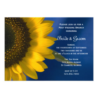 Girasol en la invitación azul del brunch del boda