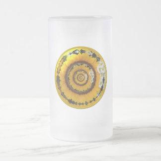 Girasol y margaritas debajo del vidrio taza de cristal