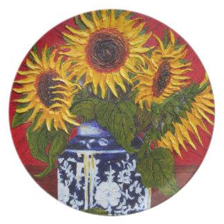 Girasoles amarillos en la placa roja del fondo plato