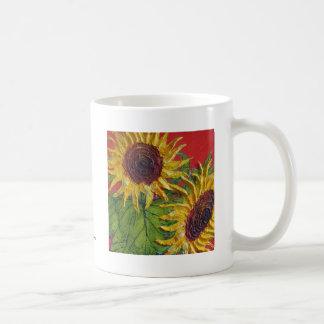 Girasoles amarillos en rojo taza básica blanca
