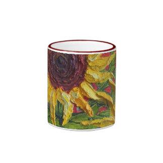 Girasoles amarillos en rojo taza a dos colores