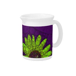 Girasoles fluorescentes de color morado oscuro jarra para bebida