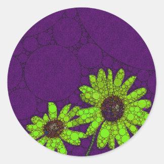 Girasoles fluorescentes de color morado oscuro pegatina redonda