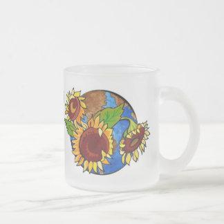 Girasoles y taza de la tierra del planeta