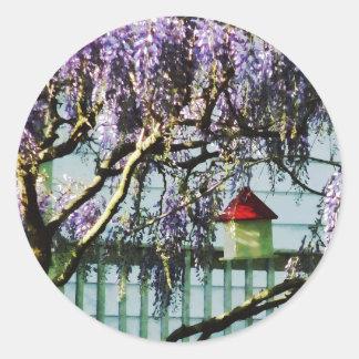 Glicinias y Birdhouse Pegatina Redonda