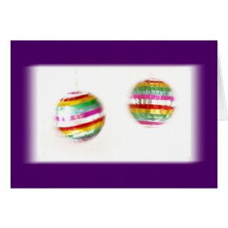 Glitterballs que hace girar el fondo púrpura tarjeta de felicitación