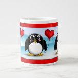 Globo adorable del corazón del pingüino - taza del taza extra grande