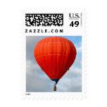 Globo anaranjado vibrante del aire caliente sellos postales