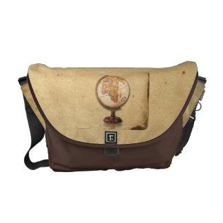 Globo antiguo en la bolsa de mensajero del pergami bolsas messenger
