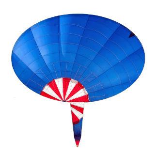 Globo azul del aire caliente que infla en la figura para tarta
