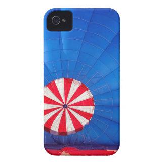 Globo azul del aire caliente que infla en la funda para iPhone 4 de Case-Mate