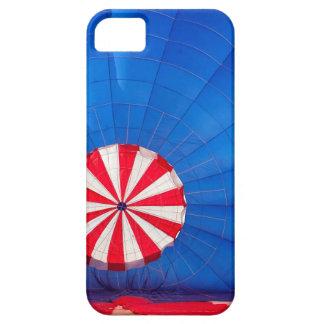 Globo azul del aire caliente que infla en la funda para iPhone SE/5/5s