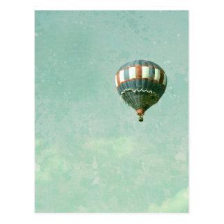Globo blanco y azul rojo del aire caliente postal
