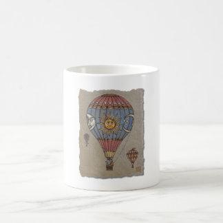 Globo colorido del aire caliente taza de café