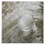 Globo de cristal en la corriente del agua azulejo cuadrado grande