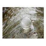 Globo de cristal en la corriente del agua tarjetas postales