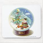 Globo de la nieve con el muñeco de nieve y el árbo tapetes de raton