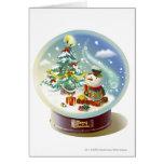 Globo de la nieve con el muñeco de nieve y el árbo tarjeta