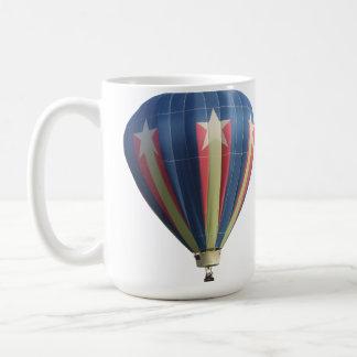 Globo del aire caliente de la estrella el caer taza de café