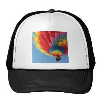 Globo del aire caliente del arco iris con la cesta gorras