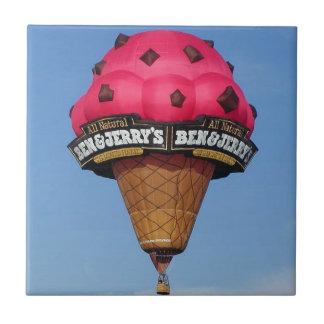 Globo del aire caliente del cono de helado azulejo cuadrado pequeño