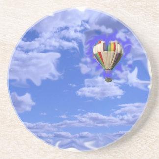 globo del aire caliente en nubes posavasos de arenisca