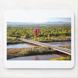 Globo del aire caliente que hincha sobre el Rio Alfombrilla De Ratón