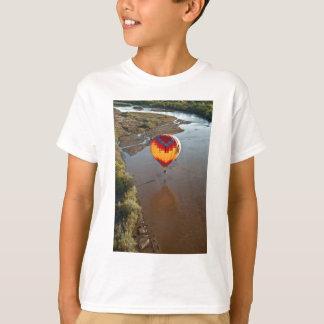 Globo del aire caliente que toca el río Rio Grande Camisas