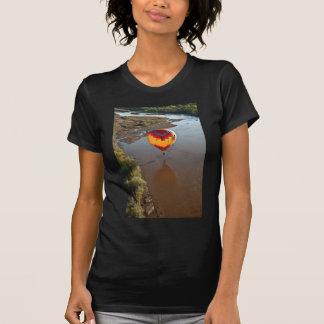 Globo del aire caliente que toca el río Rio Grande Camisetas