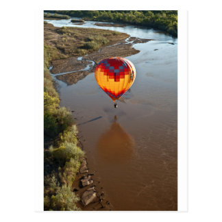 Globo del aire caliente que toca el río Rio Grande Postal