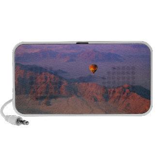 Globo del aire caliente sobre el desierto de iPhone altavoces