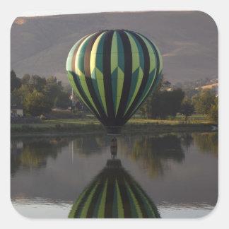 Globo del aire caliente sobre el río 2 de Yakima Pegatina Cuadrada