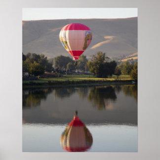 Globo del aire caliente sobre el río de Yakima Póster