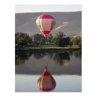 Globo del aire caliente sobre el río de Yakima Tarjetas Postales