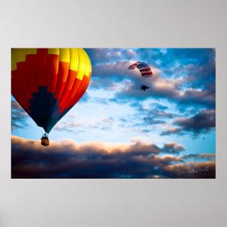 Globo del aire caliente y paracaídas accionado poster
