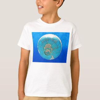 Globo del globo del mundo y cielo azul profundo playera