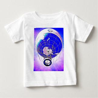 Globo del globo del mundo y cielo surrealista playera de bebé