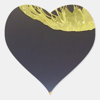 Globo del helio haciendo estallar al borde de pegatina en forma de corazón
