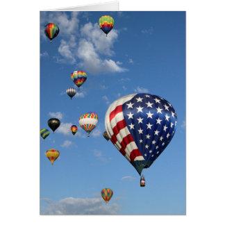 Globo del rojo, blanco y azul del aire caliente tarjeta de felicitación