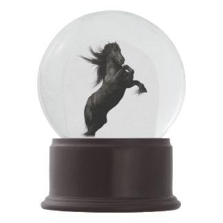 Globo frisio negro de la nieve del caballo bola de nieve