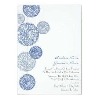 Globos azules de la guita que casan la invitación