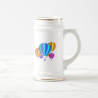 Globos coloridos del aire caliente tazas