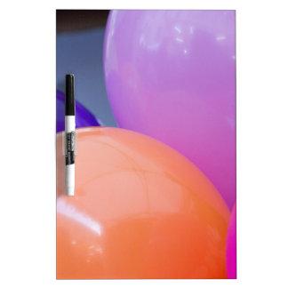 globos coloridos pizarras blancas