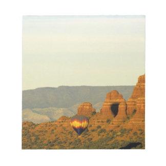 Globos del aire caliente en Sedona, Arizona, los E Bloc De Notas