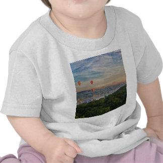 Globos en el amanecer camisetas