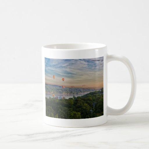 Globos en el amanecer taza