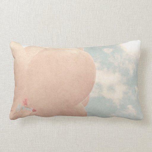 Globos rosados en cielo azul cojines
