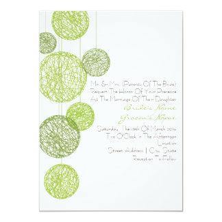 Globos verdes de la guita que casan la invitación