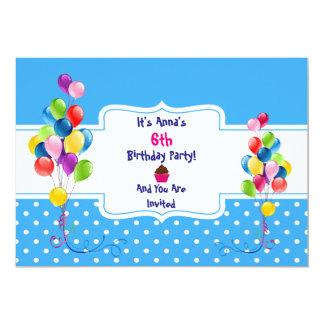 Globos y invitación de la fiesta del cumpleaños