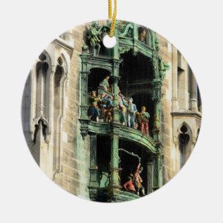 glockenspiel del rathaus de los neues de Munich Adorno Navideño Redondo De Cerámica